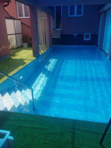 bazeni unatarnji plava voda zeleni rub oko bazena